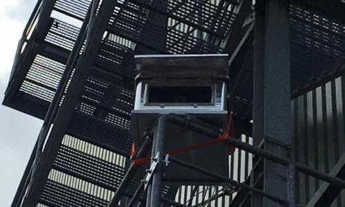 Kamerakiste an Treppe